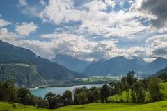 Lago da montanha da paisagem e o vale Foto de Stock