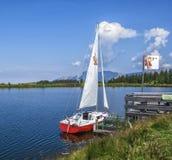 Lago da montanha de Hintersteinersee, atração do bem-estar do verão em Scheffau am Wilden Kaiser Imagem de Stock