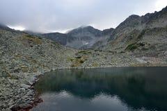 Lago da montanha de Rila Fotografia de Stock