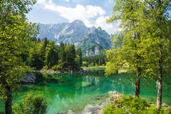 Lago da montanha do verão fotografia de stock royalty free