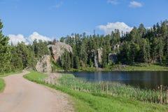 Lago da una strada fotografie stock
