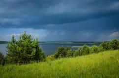 Lago dall'alta riva verde Fotografie Stock