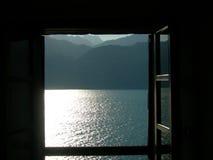 Lago dalla finestra immagini stock