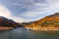 Lago dam en las montañas cárpatas Imagenes de archivo