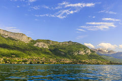 Lago de Annecy con las montañas Foto de archivo libre de regalías