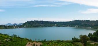 Lago de Averno, lago da cratera em Napoli, Campania, Itália do sul Imagens de Stock Royalty Free