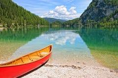 Lago de Braies con la dolomía de la canoa - Italia Foto de archivo libre de regalías