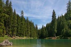 Lago de Braies en dolomía Fotografía de archivo