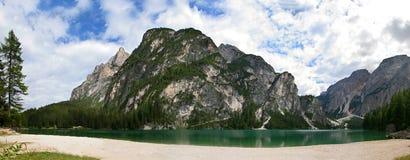 Lago de Braies en la dolomía - Italia Imagen de archivo libre de regalías