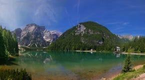 Lago de Braies en montañas de la dolomía Fotografía de archivo libre de regalías