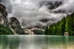 Lago de Braies por una mañana nublada Fotografía de archivo