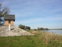 Lago de desatención del pequeño edificio en campo Imagen de archivo