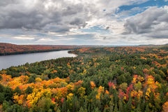 Lago de desatención view y árboles cambiantes de la caída Imagenes de archivo