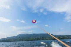Lago de deslizamento sailing da mulher do paraquedas fotos de stock royalty free