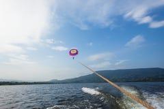 Lago de deslizamento sailing da mulher do paraquedas foto de stock royalty free