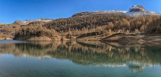 Lago de Devero en la estación del otoño Foto de archivo