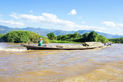 LAGO de INLE, MYANMAR - 23 de novembro: Transportando o bambu sobre a água Imagem de Stock Royalty Free