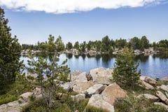 Lago de la alta montaña imagen de archivo