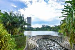 Lago de la estación de verano, árboles e hierba verde en Desa Park City Kuala Lumpur Malaysia Fotografía de archivo