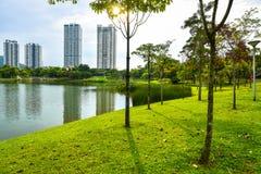 Lago de la estación de verano, árboles e hierba verde en Desa Park City Kuala Lumpur Malaysia Imagen de archivo