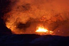 Lago de la lava del cráter en el volcán activo de Kilauea en la isla grande, Hawaii Foto de archivo
