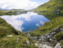 Lago de la montaña de la mucha altitud, rodeado por las colinas Imagen de archivo