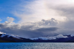 Lago de la montaña de la nieve de Tíbet Fotografía de archivo libre de regalías