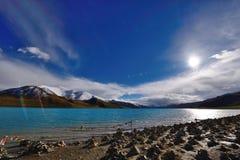 Lago de la montaña de la nieve de Tíbet Fotos de archivo libres de regalías
