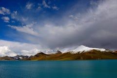 Lago de la montaña de la nieve de Tíbet Foto de archivo libre de regalías