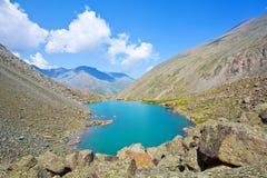 Lago de la montaña de la turquesa Foto de archivo libre de regalías