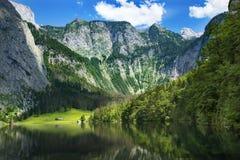 Lago de la montaña de Obersee en las montañas alemania imagen de archivo