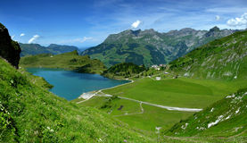 Lago de la montaña de Trübsee en las montan@as (Suiza) Foto de archivo libre de regalías
