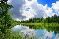 Lago de la montaña del extremo de las nubes Fotos de archivo libres de regalías