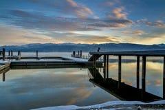 Lago de la montaña del invierno con el barco doc. cubierto con nieve imagenes de archivo