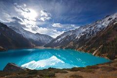 Lago de la montaña del panorama Imagenes de archivo
