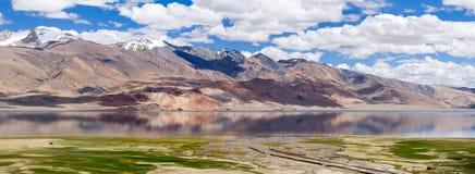 Lago de la montaña de la TSO Moriri y el panorama del terreno de aluvión del río de la montaña en el Himalaya foto de archivo libre de regalías