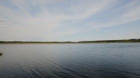 Lago de la orilla contra un cielo azul almacen de video