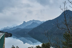 Lago de las montañas de la reflexión Fotos de archivo
