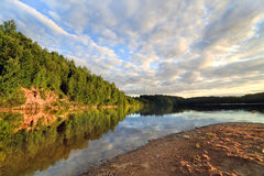 Lago de madera cerca de Vitebsk fotografía de archivo
