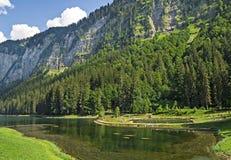 Lago de Montriond, lago natural na região de Haute Savoie, cumes franceses fotos de stock royalty free