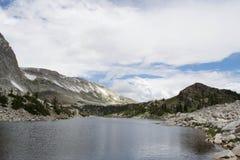 Lago de negligência mirror do pico da curva da medicina, escala nevado fotografia de stock royalty free