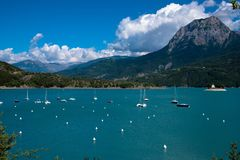 Lago de Serre Poncon fotografia de stock royalty free