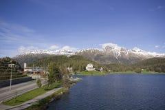 Lago de St Morizt com trem Staition Fotos de Stock