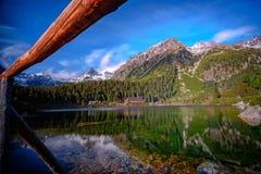 Lago de Strbske Pleso en alto Tatras, Eslovaquia Foto de archivo