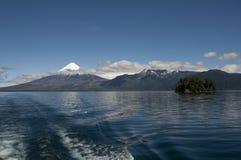 Lago de Todos与多雪的火山的los桑托斯 免版税图库摄影