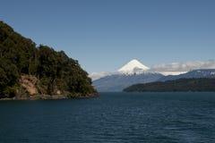 Lago de Todos与多雪的火山的los桑托斯 图库摄影