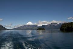 Lago de Todos与多雪的火山的los桑托斯 免版税库存照片