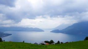 Lago dei Quattro Cantoni su un pomeriggio piovoso di estate immagini stock