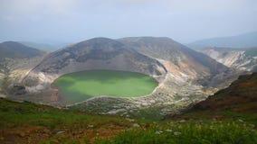 Lago del cráter de Okama en el soporte Zao en día soleado del verano volcán activo en la prefectura de Miyagi almacen de metraje de vídeo