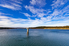 Lago del depósito de Cardinia y torre de agua hermosos, Australia imagen de archivo